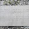 Die Inschrift auf dem Stein erzählt von seiner Bewandtnis. Foto: RD, © Peer