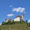 In alto la bella chiesa dei Santi Apollonia e Zeno. Foto: AT, © Peer