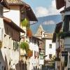 Pittoreschi edifici che decorano i vicoli del paese. Foto: AT, © Peer
