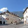 La piazza della chiesa è il fulcro della vita del paese. Foto: AT, © Peer