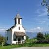 La chiesetta di Gaido, consacrata ai 14 Santi Ausiliatori, è situata su un verde prato. Foto: AT, © Peer