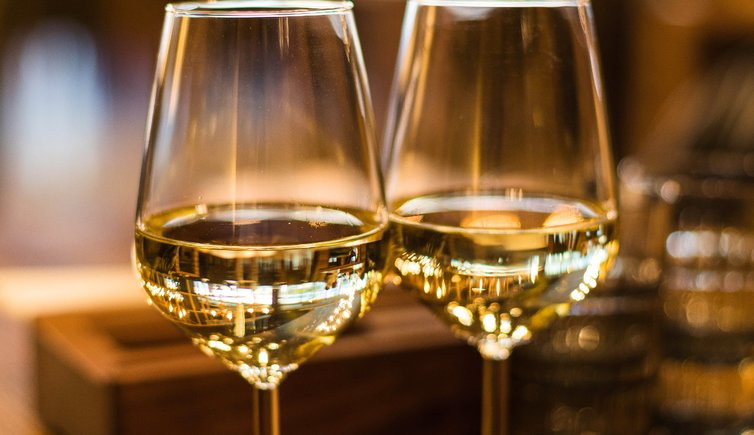 close up photography of wine glasses